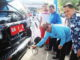 Alwis menguji langsung kadar emisi gas mobil dinas Walikota Padang.
