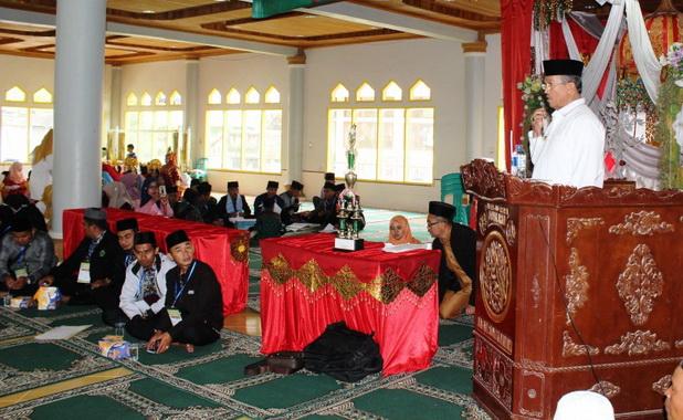 Bupati Gusmal saat memberi sambutan pada peresmian MTQ ke 38 Tingkat Kec. Lembah Gumanti di Sungai Nanam..