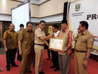 Bupati Limapuluh Kota menerima penghargaan dari GUbernur Sumbar.