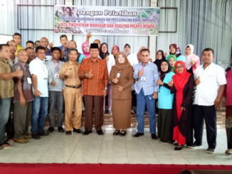Bupati Limapuluh Kota Irfendi Arbi berfoto bersama para peserta pelatihan pariwisata di Sago Bungsu Tanjung Pati,