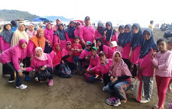 Elvi Amri bersama masyarakat Ikur Koto di Pantai Air Manis, Padang.