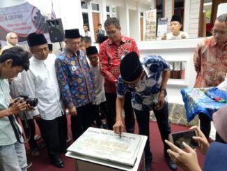 Gubernur Irwan Prayitno menandatangani prasasti pendirian Surau Al Qur'an RAS.