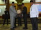 Gubernur Irwan Prayitno menyerahkan Nota Pengantar kepala daerah Tahun 2017 kepada Ketua DPRD Sumbar Ir Hendra Irwan Rahim.
