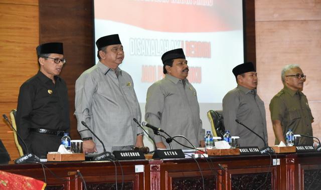 Gubernur Sumbar Irwan Prayitno dan Ketua DPRD Sumbar Ir Hendra Irwan Rahim dan wakil Ketua DPRD Sumbar saat menyanyikan Lagu padamu Negeri usai Rapat Paripurna(1)