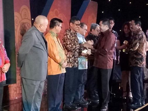 Irwan Prayitno saat menerima penghargaan dari Hari Tanu.