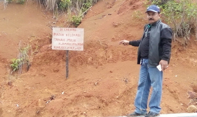 JJ Dt Pintu Langik, SH di lokasi tanah jalan Kawasan Mandeh yang diberi pancang sebagai tanah ulayat kaum.