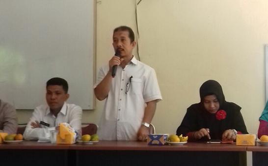 Kadisdikbud Payakumbuh Drs.A.H.Agustion sedang memberikan sambutan pada suatu acara dilingkungan kantornya.