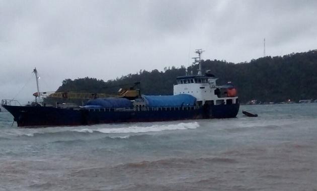 Kapal Pelni yang terdampar di Painan.