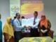 Kapala DPDK Tanah Datar memperagakan naskah perjanjian kerjasama dengan IAIN Batusangkar.