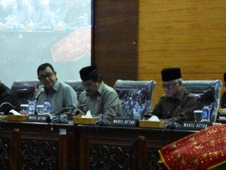 Ketua DPRD Sumbar Ir Hendra Irwan Rahim Saat memimpin Rapat Paripurna