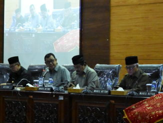 Ketua DPRD Sumbar Ir Hendra Irwan Rahim Saat memimpin rapat Paripurna DPRD Sumbar