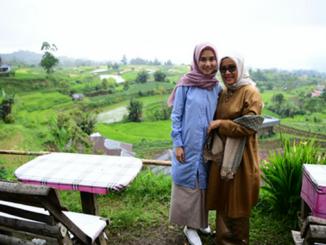 Muffidah Jusuf Kalla dan anaknya Chaerani Jusuf Kalla di Nagari Tuo Pariangan.