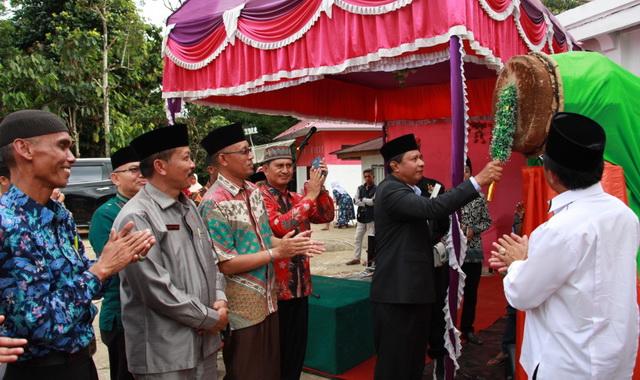 Pemukulan bedug oleh Wabup Yulfadri Nurdin tanda dibukanya MTQ ke 38 Tingkat Kec. Payung Sekali.