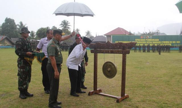 Pemukulan gong oleh Bupati Gusmal tenda dimulainya TMMD ke 105 di Kab. Solok.