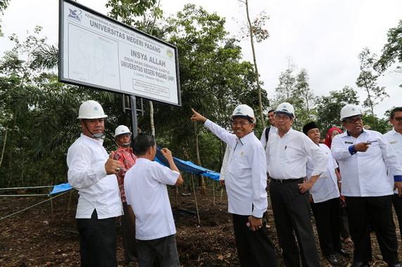 Rektor UNP Ganefri bersama Perwakilan Asian Development Bank Abdul Malik, Wakil Bupati Padang Pariaman Suhatri Bur meninjau lahan kampus di Tarok City.