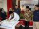 Sekdakab Solok Azwirman menandatangani poster sosialisasi Germas di Kab. Solok.