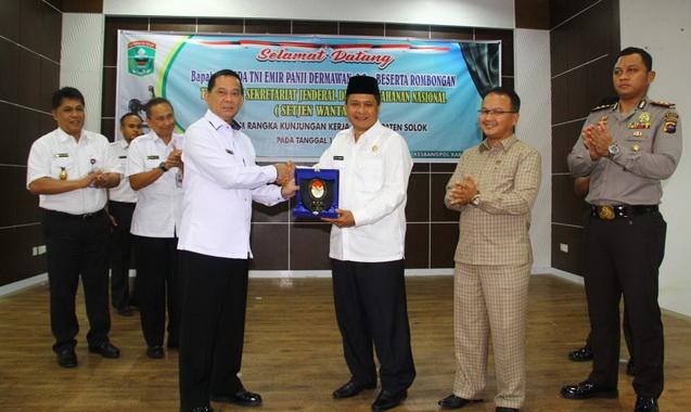 Wabup Yulfadri menerima plakat Setjen Watannas.