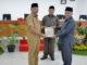 Wabup Zuldafri Darna menyerahkan naskah tanggapan kepada Wakil Ketua DPRD Tanah Datar.1