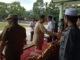 Wagub Nasrul Abit menyalami peserta peringatan Hari Otonomi Daerah tingkat Sumbar di Bukittinggi.