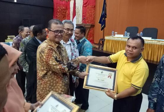 Wagub Nasrul Abit menyerahkan penghargaan kepada kepada unit koperasi berprestasi di Sumatera Barat.