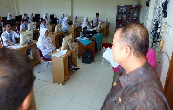 Wagub Nasrul Abit saat meninjau pelaksanaan UN di Pesisir Selatan.