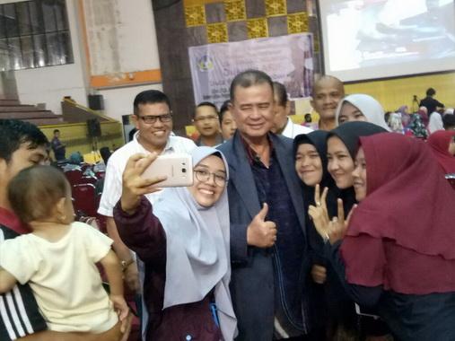 http://www.portalberitaeditor.com/wp-content/uploads/2018/04/Wagub-Nasrul-Abit-saat-nonton-bareng-LDA-2018-di-GOR-UNP.-Air-Tawar-Padang..jpeg