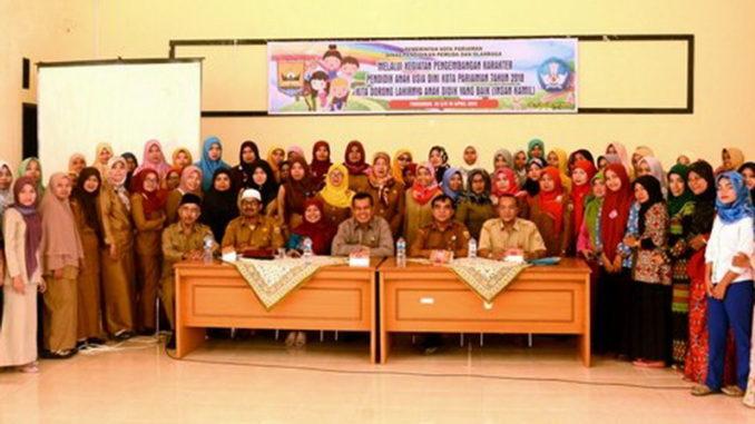 Walikota Pariaman Mukhlis Rahman didampingi oleh Kadis Dikpora Kanderi beserta peserta pendidik PAUD se-Kota Pariaman di Aula BP-PAUD dan Dikmas Rawang