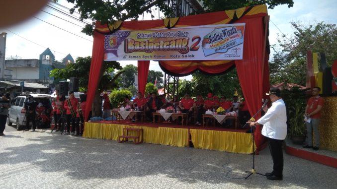 Walikota Solok Zul Elfian saat melepas peserta Basipetang Dua.