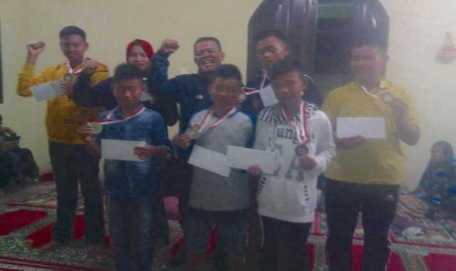 Zamroni bersama pesilat PS AMPGI yang berhasil meraih medali pada Kejuaraan Silat Remaja yang dilaksanakan Unand Padang.