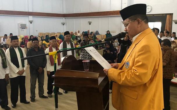 Ali Mukhni saat mengukuhkan pengurus DPW Iluni UNP Bengkulu.