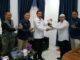 Ampera Salim menyerahkan buku Malnca jo Mak Uniang kepada Kadiskominfo Padang Panjang.