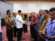 Bupati Gusmal menyerahkan reward buat nagari penyelenggara terbaik Transparansi Dana desa tahun 2018.