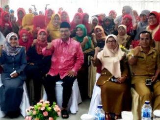 Bupati Limapuluh Kota Irfendi Arbi bersama guru honor se Kabupaten Limapuluh Kota.