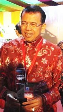 Ganefri bersama tropi penghargaan Terbaik 2 Pengelola Informasi melalui Website-Internet tingkat PTN BLU dan Satker se Indonesia.