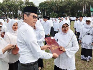 Gubernur Irwan Prayitno memberikan penghargaan satya lencana 10, 20 dan 30 tahun kepada pegawai Kemenag Sumbar dan guru-guru madrasyah.