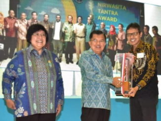 Gubernur Sumbar, Irwan Prayino menerima piala Anugerah Nirwasita Tantradari Wapres M. Jusuf Kalla.
