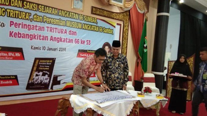 Gubernur Sumbar, Irwan Prayitno menandatangani prasasti Tritura.