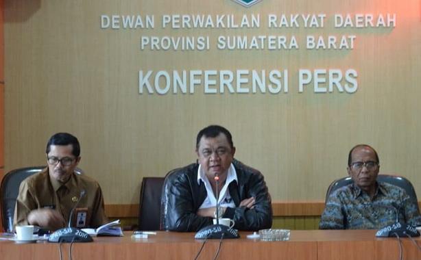 Ketua DPRD Ir Hendra Irwan Rahim saat Komferenresi Pers di DPRD Sumbar.