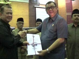 Ketua DPRD Sumbar Ir Hendra Irwan Rahim menyerahkan Nota penjelasan Ranperda tentang penyelenggaraan kesejahteraan Soosial kepada Wakil Gubernur Sumbar Nasrul Abit