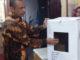 Ketua KPU Bukittinggi Benny Aziz SE memperlihat Kotak suara dari kardus yang telah di pakai untuk pemilu sebelumnya.