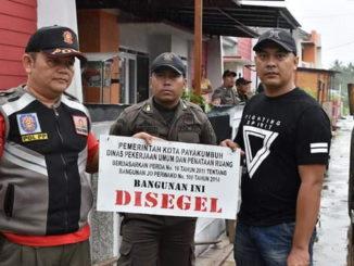 Penyegelan yang dilakukan Tim Penertiban Bangunan Kota Payakumbuh.
