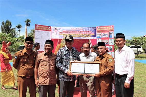 Penyerahan sertifikat akreditasi dari tim asesor BAN Sumbar kepada Wako Payakumbuh.