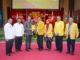 Prof. Syahrial Bakhtiar menyerahkan plakat UNP.