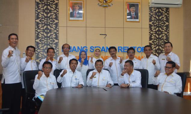 Rektor dan Wakil Rektor bersama pimpinanan UNP lainnya.