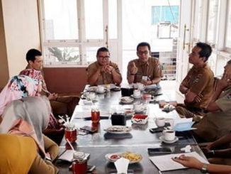 Suardi saat memimpin rapat evaluasi Diskominfo Kota Padang.