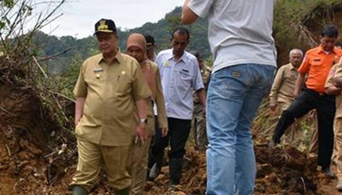 Wagub Narul Abit saat mengunjungi daerah terpencil di Kepulauan Mentawai.