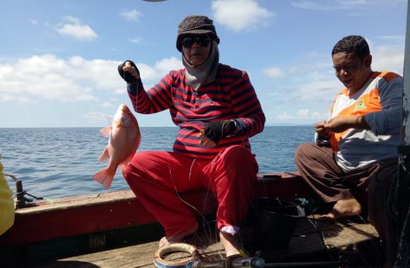 Wagub Nasrul Abit dengan ikan hasil pancingannya.