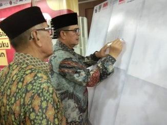 Wagub Nasrul Abit membubuhkan tandatangan pada bedah buku sekaligus menyiapkan pengusulan pejuang kemerdekaan, Chatib Sulaiman, jadi pahlawan nasional.