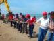 Wagub Nasrul Abit saat ikut menarik kabel optik yang dipasang dari Padang ke Tua Pejat.