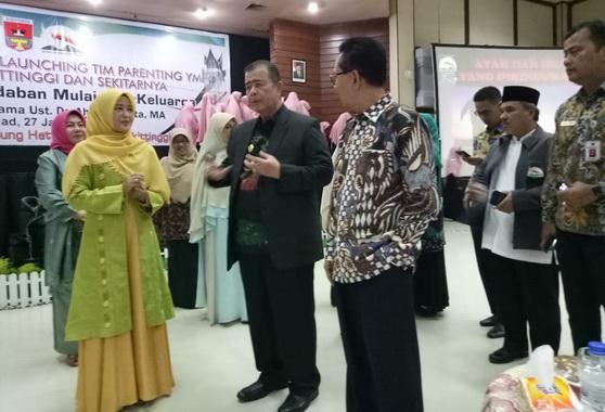 Wakil Gubernur Sumatera Barat Nasrul Abit pada saat saat pengukuhan dan launching tim parenting Yayasan Minang Peduli (YMP) untuk Bukitinggi.